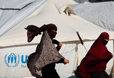 Naiset kävelivät teltan ohi al-Holin leirillä Syyriassa tammikuussa.