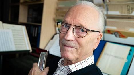 """Huuliharppu on kulkenut Heikki Jäntin matkassa 1950-luvun alkuvuosista lähtien. """"Kuuntelen edelleen Toots Thielemansia ja brasilialaista Maurício Einhornia. Huuliharpun ääni vain viehättää."""""""