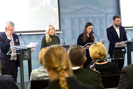 Ulkoministeri Pekka Haavisto (vihr), sisäministeri Maria Ohisalo (vihr), pääministeri Sanna Marin (sd) ja liikenne- ja viestintäministeri Timo Harakka (sd) kertoivat hallituksen päätöksistä.
