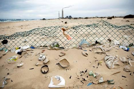 Muovijätetty kertyy eniten Turkin Kilikian alueella. Sen jälkeen tulevat Barcelonan ja Tel Avivin rannikot. Kuva Zikimin rannalta läheltä Askhelonin kapunkia Israelissa.
