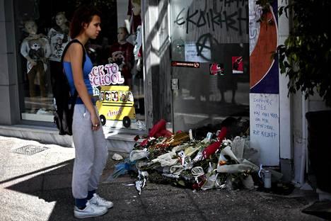 Kreikkalaiset ovat tuoneet kukkia kahvilalle, jossa räppäri Pavlos Fyssas puukotettiin kuoliaaksi 18. syyskuuta.