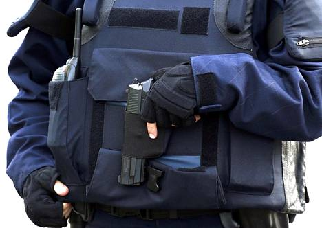 Poliisi vahdissa Stade de Francen edustalla.
