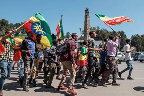 Amharan osavaltion ja Etiopian liput liehuivat Addis Abeban kaduilla tiistaina 17. marraskuuta sen jälkeen, kun kansalaisiin oli vedottu Etiopian liittovaltion armeijan tukemisen puolesta.