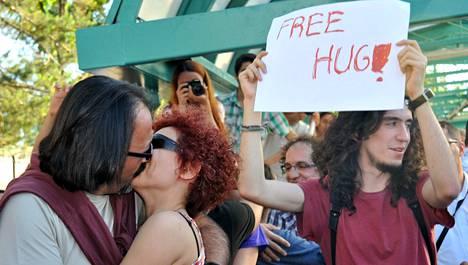 """Mielenosoittajat pussailivat lauantaina Ankaran metroasemilla protestina junien """"moraalista käytöstä"""" vaativille kuulutuksille."""