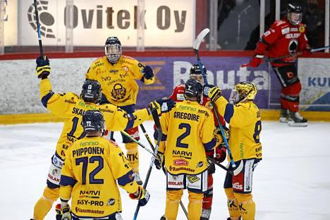 Rauman Lukko juhli maalia Porin Ässiä vastaan 10. huhtikuuta pelatussa ottelussa.