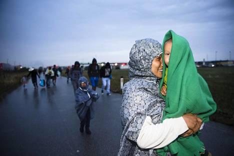 PAKOLAISTULVA EUROOPPAAN. Syyrian ja Afganistanin sisällissotien vuoksi vuonna 2015 nähtiin Euroopassa vuosikymmenen suurin pakolaisvirta. Unkarissa ja muualla Balkanin maissa siirtolaisten liikkumista ryhdyttiin rajoittamaan raja-aidoilla. Silti Itävallan rajalle (kuvassa) vaelsi lähes katkeamaton virta pakolaisia syyskuussa 2015.