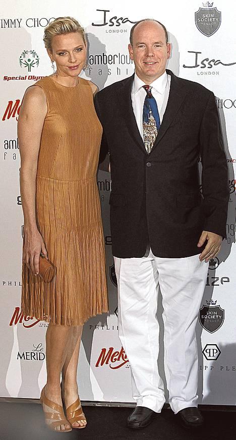 Monacon 55-vuotias ruhtinas Albert II ja hänen puolisonsa Charlene Wittstock ovat kisan isäntäpari. Miljardööri Bernie Ecclestone on hallinnoinut pitkään F1_n kaupallisia oikeuksia. Hänen 35-vuotias uusi vaimonsa Fabiana Flos on 46 vuotta nuorempi kuin miehensä. Molemmat parit voi bongata F1:n kisaviikonlopun aikana.