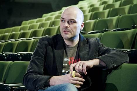 Kalle Chydenius työskenteli monta vuotta Kom-teatterissa. Hän on tehnyt töitä teatterissa monipuolisesti: äänisuunnittelua, säveltämistä, ohjauksia.