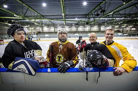 Näkövammaisten jääkiekkoleirin pelaajia vasemmalta Markus Tihumäki, Hiski Aro, Heikki Ketola ja Antti Latikka.