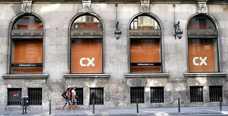 Catalunya Caixa -pankin pääkonttori Barcelonassa. BIS:n mukaan jo lähes kymmenen teollisuusmaan velka on jo ylittänyt turvallisen enimmäismäärän.