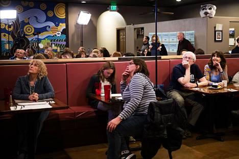 Äänestäjät katsoivat vaaliväittelyä meksikolaisessa ravintolassa Renossa.