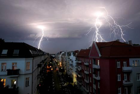Salamat iskivät Berliinin talojen yllä rajuilman aikana.