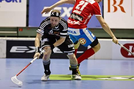 Viikinkien Mikael Järvi (vas.) kamppaili viime sunnuntaina puolivälieräottelussa SPV:tä vastaan.