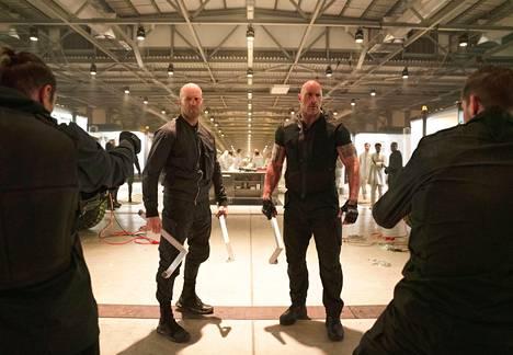 Jason Statham (vas.) esittää Deckard Shaw'ta ja Dwayne Johnson Luke Hobbsia.