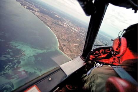 Australialainen etsintäpartio palasi 11 tunnin lennolta takaisin Berthin lentokentälle maanantaina.