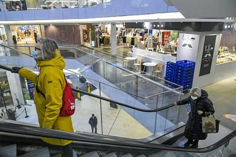 Kasvomaskeja käyttäviä ihmisiä kauppakeskus Forumissa Helsingissä 11. tammikuuta.