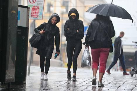 Aleksanterinkadulla liikuttiin sateessa heti aamutuimaan.