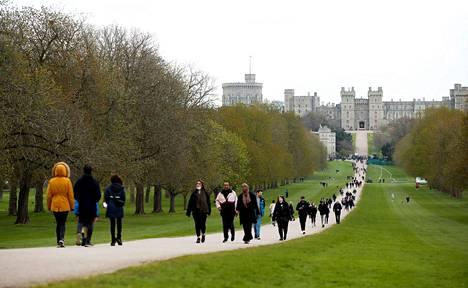 Prinssi Philip kuoli Windsorin linnassa, muutaman kymmenen kilometrin päässä Lontoosta. Perjantaina ihmiset veivät linnan eteen kukkia ja muistoesineitä.