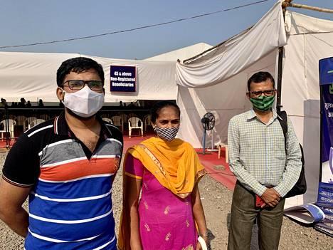 Aditya (vas.), Jayshree ja Vijay Kadam tulivat BCK Jumbo -rokotuskeskukseen toivoen saavansa rokotuksen ilman ajanvarausta.
