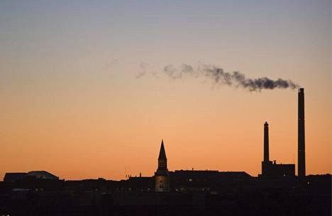 Kansallismuseon torni ja Salmisaaren lämpövoimalaitos piirtyvät iltataivasta vasten.