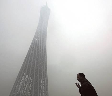 Sumu peitti yli 600 metriä korkean TV-tornin Guangzhoun kaupungissa Kiinassa tammikuussa 2010.