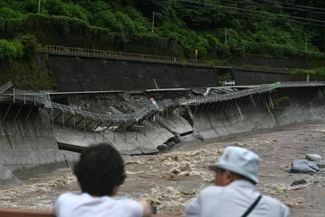 Rankkasateiden aiheuttamat tulvat tuhosivat teitä Gifun prefektuurissa.