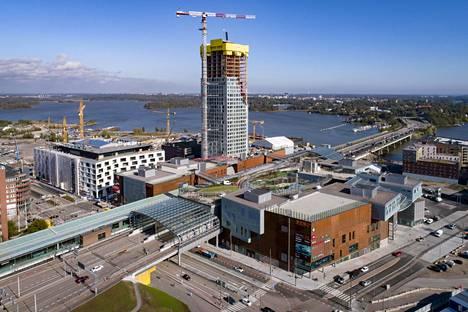 Majakka-tornitalon työmaa kuvattuna ennen Redi-kauppakeskuksen avajaisia 19. syyskuuta.
