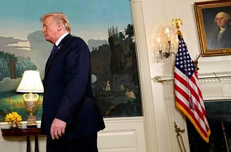 Yhdysvaltojen presidentti Donald Trump poistuu lehdistötilaisuudesta Valkoisessa talossa ilmoitettuaan Syyriaan tehdystä iskusta.