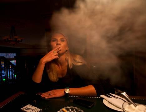 Jelena Nesterova tupakoi moskovalaisessa Glavpivtorg-ravintolassa. Hän aikoo jatkaa sauhuttelua vaikka ulkona, jos baaritupakoinnin kieltävä laki tulee.