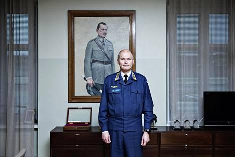 Puolustusvoimain komentaja Jarmo Lindberg huoneessaan Pääesikunnassa tammikuussa 2017.