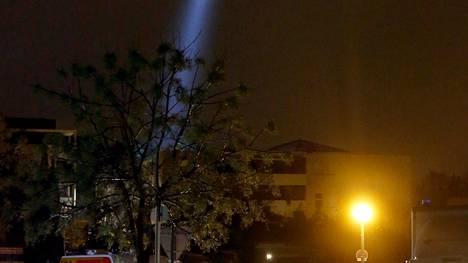 Poliisihelikopteri etsi tappajaa suuren valonheittimen avulla.