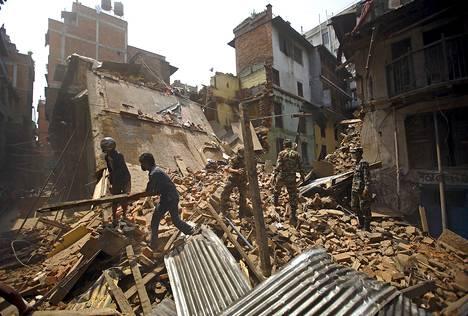 Sotilaat ja siviilit raivasivat huhtikuun maanjäristyksen romahduttamaa rakennusta Kathmandussa Nepalissa toukokuun lopulla.