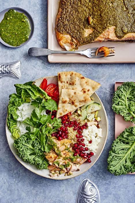 Uunissa kypsyneen lohen voi tarjota kulhosta kvinoan ja kasvisten kanssa.