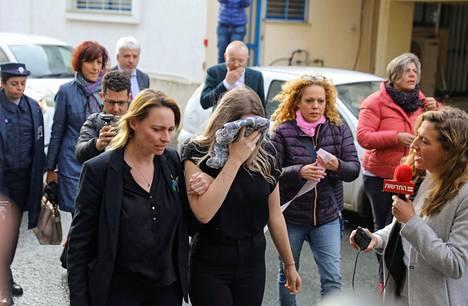 Ehdolliseen vankeuteen tuomittu brittinainen peitti kasvonsa saapuessaan oikeuteen Paralimnissa, Kyproksella.