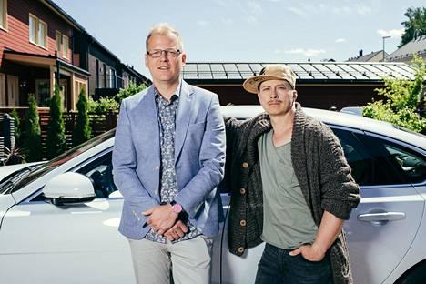 """Työterveyslääkäri Tommi Mäkinen-Renwall (Antti Luusuaniemi) ja hänen naapurinsa, entinen rauhanturvaaja Juha """"Juhis"""" Manner (Kari Ketonen) palaavat ruutuun."""