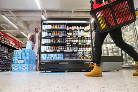 Päivittäistavarakauppa on edelleen alkoholijuomien yleisin ostopaikka.