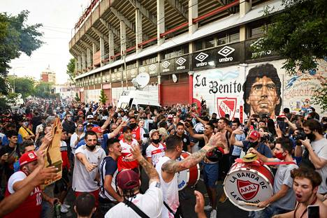 Diego Armando -stadionin ympäristö täyttyi surevista argentiinalaisista.