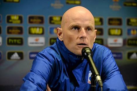 Ståle Solbakken kritisoi Sonera-stadionin tekonurmea.