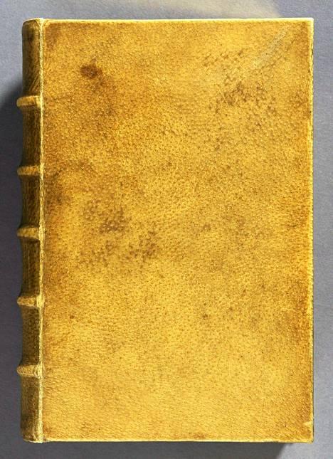 Harvardin kirjastosta löytyneen kirjan kansi on väriltään vaaleanruskea.