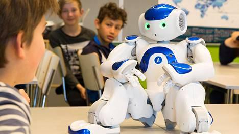 Elias-robotti istuu ja nousee seisomaan pyydettäessä.