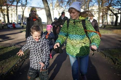 Kristina Petrova vei kolmen muun vapaaehtoistyöntekijän kanssa Down-lapsia teatteriin Pietarissa. Järjestön pyynnöstä lasten nimiä ei mainita jutussa.