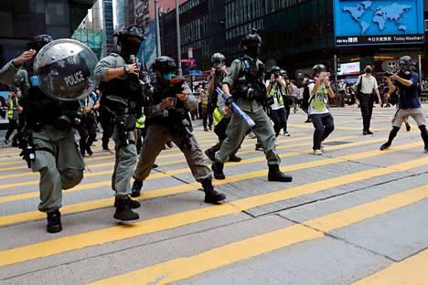 Poliisi jahtasivat demokratiamielenosoittajia Hongkongissa keskiviikkona.