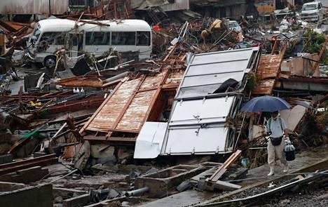 Lounais-Japanissa sijaitseva kylä kärsi pahoin rankkasateiden aiheuttamista tulvista ja maavyöryistä. Mies kävelemässä raunioiden keskellä Kumamoton prefektuurissa.
