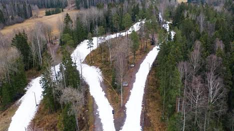 Ilmastonmuutos näkyy Suomessa etenkin talvella. Lumettomat talvet yleistyvät Etelä-Suomessa. Tammikuussa Vantaan Hakunilaan rakennettiin ladut Suomen cupin hiihtoja varten, koska luonnonlunta ei ole.