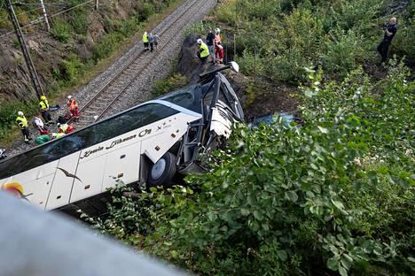 Onnettomuuspaikalla oli paljon pelastushenkilökuntaa.