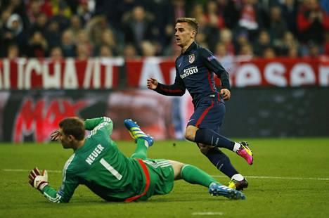 Antoine Griezmann ohitti Manuel Neuerin.