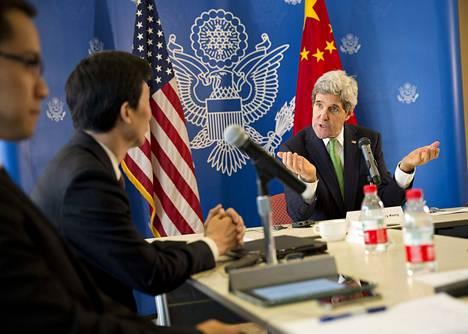 Yhdysvaltain ulkoministeri John Kerry keskusteli kiinalaisten bloggaajien kanssa muun muassa internetin vapaudesta ja ihmisoikeuksista Pekingissä lauantaina.