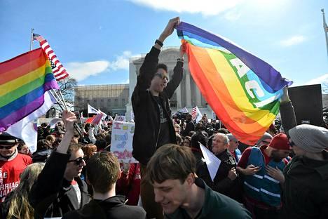 Homoliittojen kannattajat osoittivat mieltään Korkeimman oikeuden edessä Wasingtonissa. Korkeimmassa oikeudessa käsiteltiin homoliittoja keskiviikkona.