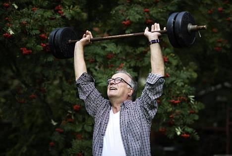 """Matti Röngällä on pihassaan uskottavan näköinen voimailutanko. Se ei ole vain koriste. """"Pyrin urheilemaan kunnolla ainakin kolme kertaa viikossa."""""""