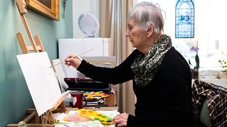 """Maija Boman päätti maalata toimittajasta kuvan. Boman muutti hoivakoti Olarinpuistoon miehensä kuoleman jälkeen. """"Se oli niin kova paikka, että menin huonoon kuntoon."""""""